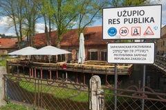 """标志的外部在入口的对""""Uzupio共和国""""地区在维尔纽斯,立陶宛 免版税图库摄影"""