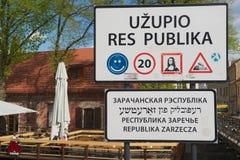 """标志的外部在入口的对""""Uzupio共和国""""地区在维尔纽斯,立陶宛 库存照片"""