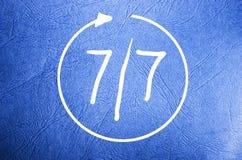 标志的开放每星期七天7/7在蓝色背景 免版税库存照片