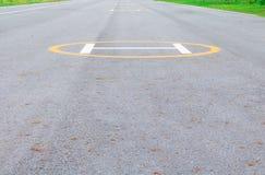 标志着陆架 直升机在沥青的停放的标记 库存图片