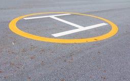 标志着陆架 直升机在沥青的停放的标记 免版税库存照片