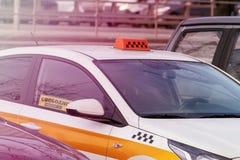 标志空置在出租汽车车窗里自由地显示了,拾起出租汽车 免版税图库摄影