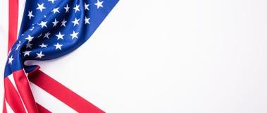 标志美国 美国国旗 美国国旗吹的风 特写镜头 美丽的夫妇跳舞射击工作室妇女年轻人 与美国旗子的横幅 在白色 库存照片