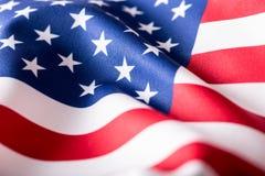 标志美国 美国国旗 美国国旗吹的风 特写镜头 美丽的夫妇跳舞射击工作室妇女年轻人 免版税库存图片