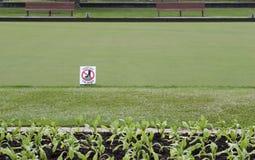 标志让开在绿草的草 免版税库存图片
