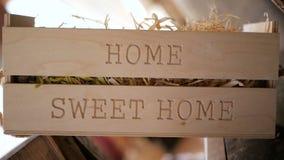 标志说'家庭甜家'在市场立场或餐馆 影视素材