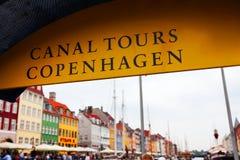 标志运河在哥本哈根游览。 库存照片