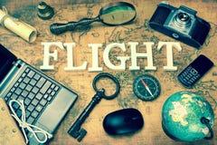 标志飞行,膝上型计算机,钥匙,地球,指南针,电话,照相机,信件, 免版税库存图片