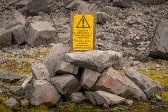 标志:落的岩石的危险-保持远离粗面Wels 免版税库存照片