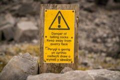 标志:落的岩石的危险-保持远离粗面Wels 免版税库存图片