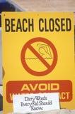 标志读书ï ¿ ½避免一个海滩在德拉瑞码头,洛杉矶,加州,闭合归结于pollutio的水Contactï ¿ ½警告人民 免版税库存照片