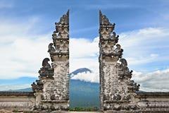 标志巴厘岛-在阿贡登上背景的印度寺庙 库存图片