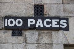标志100步幅在三一学院,爱尔兰, 2015年 免版税库存照片