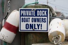 标志读的`私有船坞,只有小船所有者! ` 库存照片