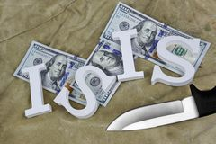 标志ISIS、美元和刀子在被风化的背包Backgroun 免版税图库摄影