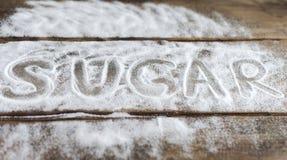 标签爱,结合,爱,关系,糖,盐,在委员会的背景的冤苦雪背景  免版税库存照片