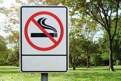 标签金属没有公园符号抽烟 免版税库存照片
