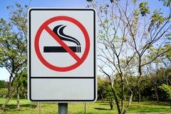 标签金属没有公园符号抽烟 免版税库存图片
