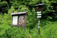 标记供徒步旅行的小道在Ojcowski国家公园 免版税库存照片