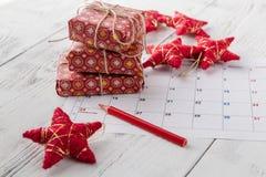 标记圣诞节的,与欢乐装饰的12月25日日期日历, 免版税库存照片