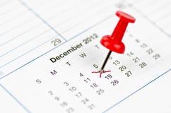 标记在日历使用Pin -接近的一天 库存照片