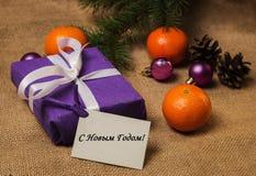 标记新年快乐用俄语,礼物,明信片 库存图片