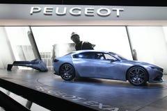 标致汽车提升概念汽车在巴黎汽车展示会 库存照片