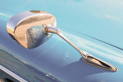 标致汽车404经典之作汽车的汽车镜子 库存照片