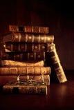 栈与放大镜的旧书 免版税库存照片