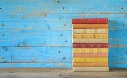 栈五颜六色的书 免版税库存图片