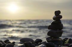 栈在海滩的石头。 免版税库存图片