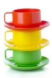 栈塑料五颜六色的杯子和牌照-为野餐完善 库存照片