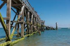 栈桥的渔夫 图库摄影