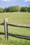 栏杆分开的木头 免版税库存照片