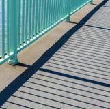 栏杆投掷在桥梁的阴影 库存图片