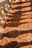 栏杆的支阴影, Tlaquepaque在Sedona,亚利桑那 免版税库存图片