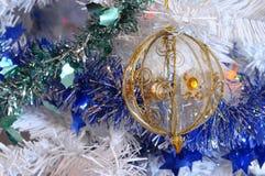 树、圣诞节球和闪亮金属片 免版税库存照片
