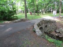 """树、小河和小桥梁在罗斯福在爱迪生, NJ,美国停放 Ð """" 库存图片"""