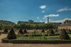 树、花和灌木从荣军院宫殿在一个晴天从事园艺在巴黎 库存图片