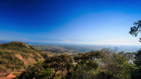 树上面和谷看法从小山和蓝天 影视素材
