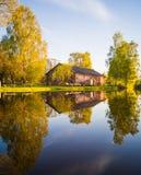 树反射在湖在一个晴朗的春日-秋天Colou 免版税图库摄影