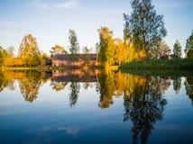 树反射在湖在一个晴朗的春日-秋天Colou 库存照片