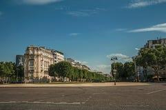 树和大厦在正方形在荣军院宫殿前面有晴朗的蓝天的在巴黎 免版税库存图片