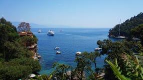 树和岩石风景用水晶水在菲诺港,意大利 免版税库存图片