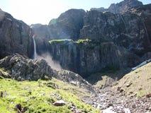树和植物围拢的小瀑布在Neuquén,阿根廷 库存照片