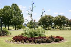 树和瓶艺术显示在西方田纳西农业研究中心 图库摄影