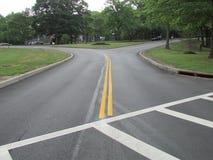 """树和路在罗斯福在爱迪生, NJ,美国停放 Ð """" 免版税库存照片"""