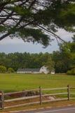 树和领域构筑的新罕布什尔谷仓 免版税库存图片