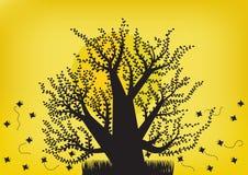 黑树和蝴蝶在月光 免版税库存图片