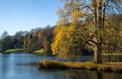 树和主要湖在秋天期间的Stourhead庭院落 免版税库存照片
